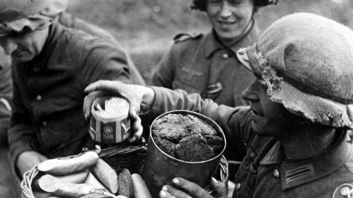 Soldaten in Rußland empfangen Rationen
