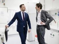 Bundesgesundheitsminister Jens Spahn (CDU) besucht gemeinsam mit dem Virologen Christian Drosten verschiedene Labore de