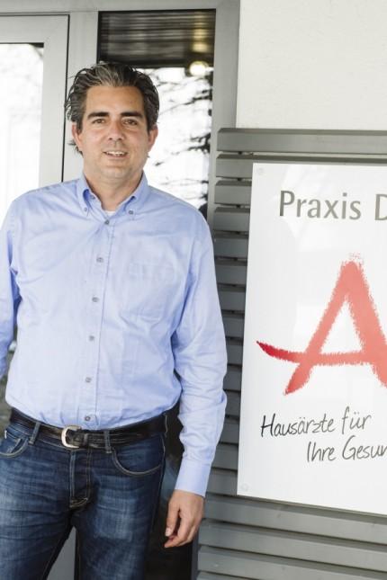 Oberhaching, Oliver Abbushi ist Versorgungsarzt mit Praxis in Oberhaching, er testet selbst in seinem Hinterhof