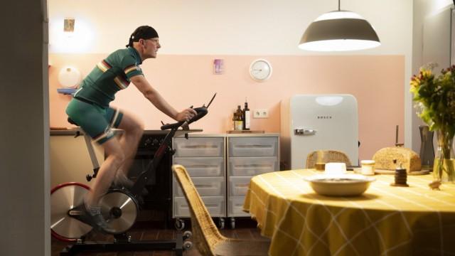 Mann auf einem Spinningrad in seiner Kueche waehrend des Lockdowns in der Corona-Krise, Bonn, 04.11.2020. Bonn Deutschla