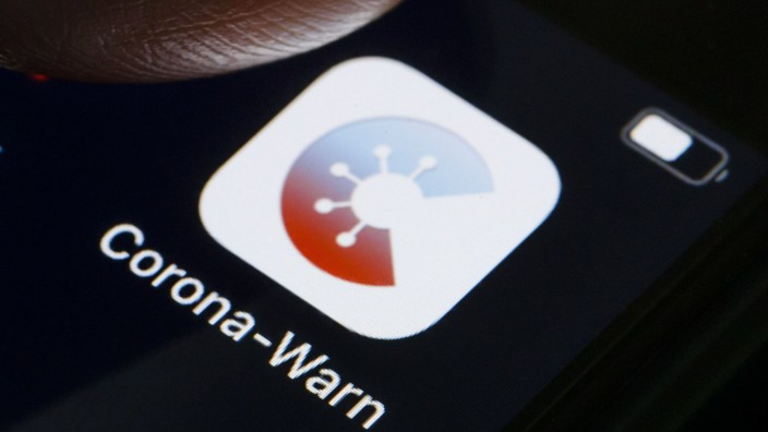 Die Corona-Warn-App wird auf dem Display eines Smartphones angezeigt. Die App soll helfen Infektionsketten des SARS-CoV
