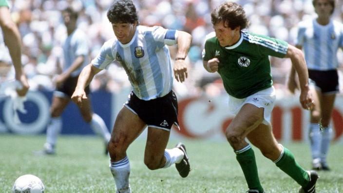 Diego Armando Maradona (Argentinien, li.) gegen Lothar Matthäus (BR Deutschland) - PUBLICATIONxINxGERxSUIxAUTxHUNxPOLxU