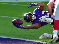 Sport Bilder des Tages Baltimore Ravens running back J.K. Dobbins (27) stretches across the goal line for a 2-yard touch