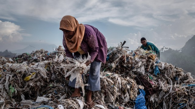 Indonesians Tackle With Plastic Waste In Surabaya