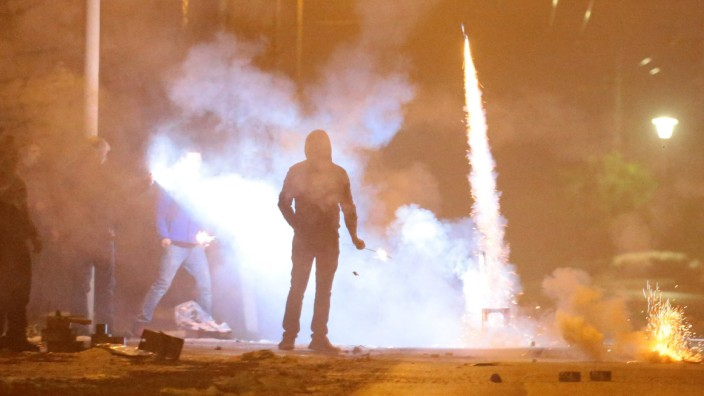Solingen Gefaehrlicher Umgang mit Feuerwerk an Silvester Jugendliche brennen Feuerwerk ab Themen S