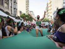 Argentinien, Demonstranten bejubeln in Buenos Aires die Reform des Abtreibungsgesetzes December 29, 2020, Buenos Aires,