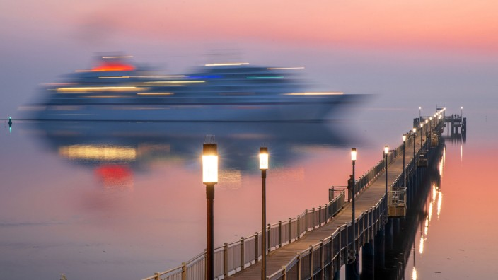 Kreuzfahrtschiff 'Europa' legt im Hafen von Wismar an
