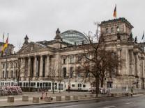 Reichstag Berlin Berlin, 26.12.2020: Reichstagsgebaeude bei bewoelktem Wetter hinter Absperrungen Berlin Deutschland Re