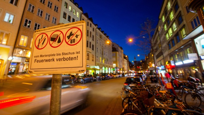 Neues Verbotsschild Strassenschild Warnschild Verbot für Silvester - Vom Marienplatz bis Stachus ist Feuerwerk verboten