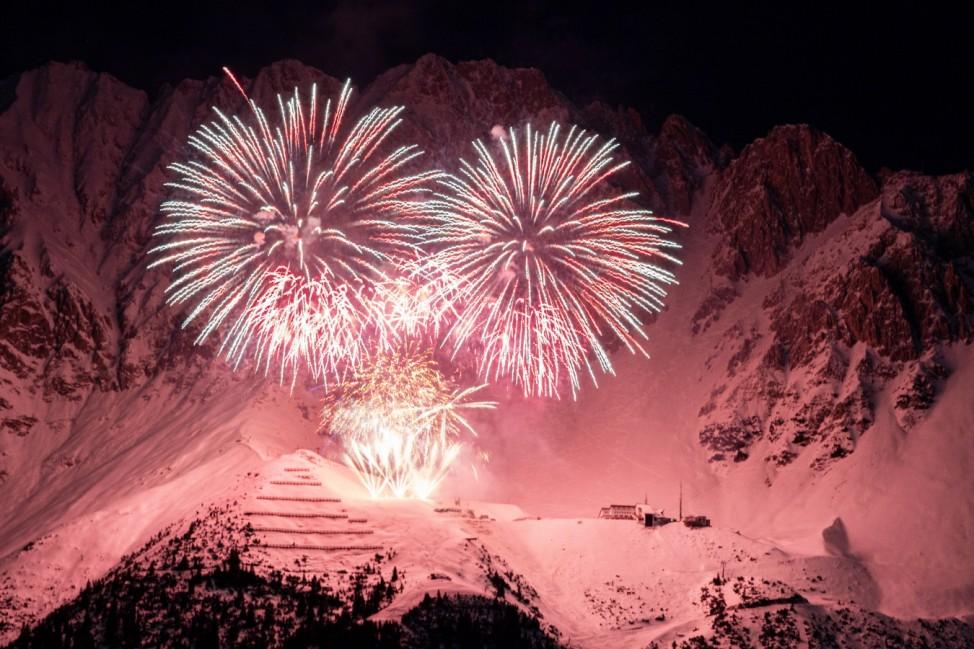 01.01.2021 / Silvester-Feuerwerk 2020/2021 auf der Seegrube, Nordkette, Innsbruck, Tirol, Austria / Jahreswechsel mit F