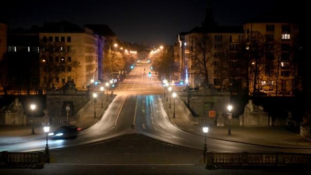 Silvester in München: Blick vom Friedensengel auf die leergefegte Luitpoldbrücke und die Prinzregentenstraße.