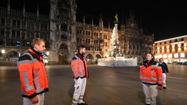 Silvester in München: Der Marienplatz ist ebenfalls leer, nur Polizei und Sanitäter halten hier Wache.