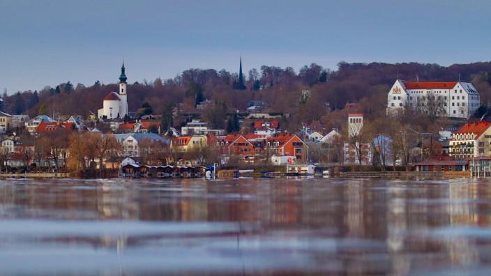 Starnberg, Deutschland 27. Dezember 2020: Blick vom Percha Beach über den Starnberger See auf Starnberg mit der Kirche S