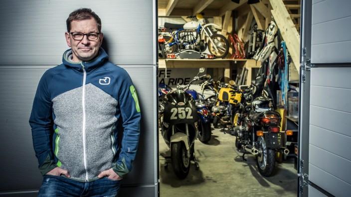 Markus Duesmann, Audi AG Vorstandsvorsitzender, in seiner Schrauber-Garage bei seiner Leidenschaft und Hobby Motorrad