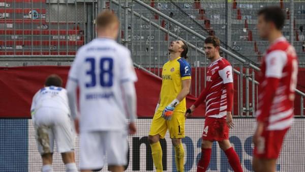 v.li.: Marvin Wanitzek (Karlsruher SC), Tim Breithaupt (Karlsruher SC), Fabian Giefer (FC Würzburger Kickers) enttäusch