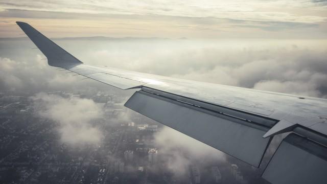 Blick aus dem Fenster eines Lufthansa Cityline Canadair Jet während des Anflugs auf den Frankfurter Flughafens. *** View
