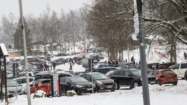 Fichtelberg, Deutschland 03. Januar 2021: Auch im Lockdown wegen der Corona-Pandemie fahren die Leute in den Schnee, wie