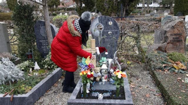 Trauer am Grab von Vater und Sohn
