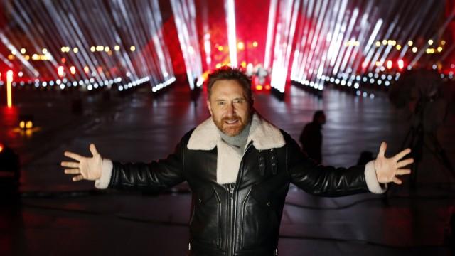 Silvester-Event mit Star-DJ David Guetta vor dem Louvre