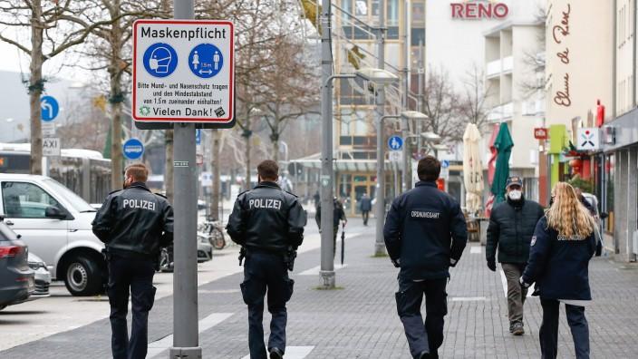 05.01.2021, xtgx, Symbolfotos Lockdown und Maskenpflicht in Wolfsburg, Polizei und Ordnungsamt kontrollieren die Einhal