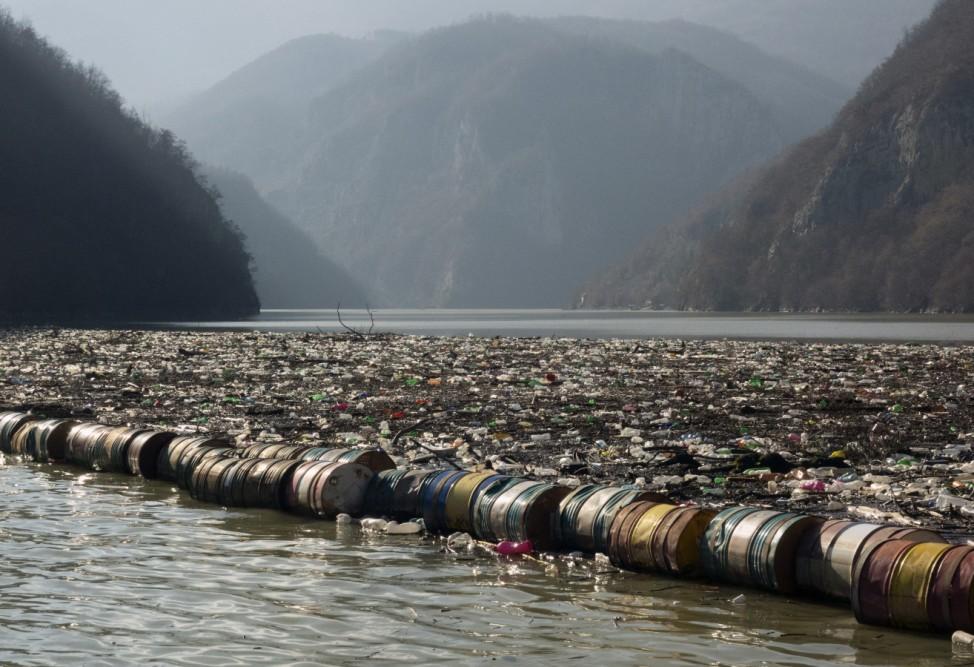Müll verschmutzt Fluss in Bosnien-Herzegowina