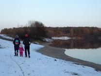 Spaziergänger am Uferweg am Mallertshofer See, Unterschleißheim