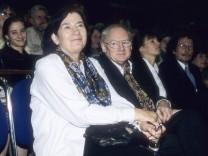 Christa Wolf mit Ehemann Gerhard 09 96 her Literatur Schriftstellerei Autor Buch sitzend Publikum L