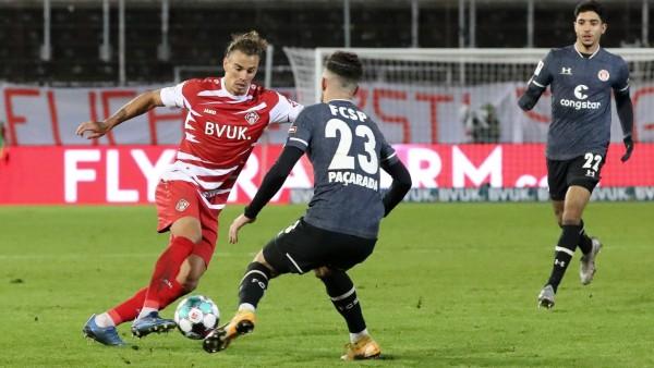 v.li.: Rolf Feltscher (FC Würzburger Kickers), Leart Pacarada (FC St. Pauli), Omar Marmoush (FC St. Pauli), 06.01.2021,; Fußball - Würzburger Kickers - Rolf Feltscher
