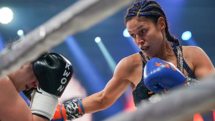 Stekos Fight Night - WKU Weltmeisterschaft - Kickboxen, bis 62,5 Kg, Titelverteidigerin Marie Lang (München, grau-schw; Kickboxen