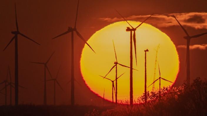 Windraeder stehen am 16.11.2019 vor der untergehenden Sonne bei Straussfurt in Thueringen. search: Deutschland Germany T