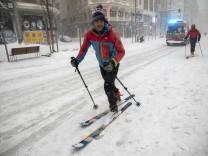 Schneefälle in Spanien: Auf Skiern durch Madrids Gran Vía