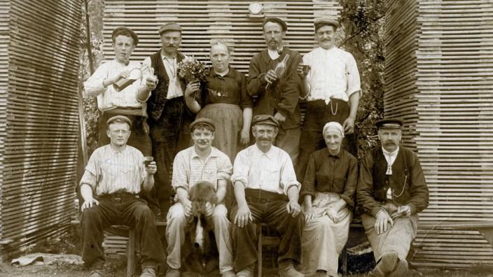 SCIERIE annees 10 Employes d une scierie, a Bernes sur oise (dpt. 95) Photographie anonyme pour une carte postale vers 1