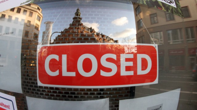 Schild mit Aufschrift geschlossen hängt in der Eingangstür zu einem Geschäft in der Innenstadt von Frankfurt, Hessen, D