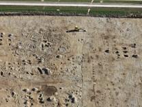 Luftaufnahme von den archäologischen Grabungen bei Poing