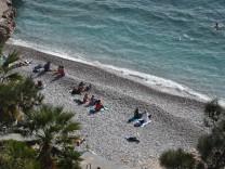 Das sonnige Wetter und die hohen Temperaturen für die Jahreszeit locken die Einwohner der griechischen Stadt Nafplio /