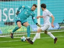 1. BUNDESLIGA GLADBACH - FC BAYERN MUENCHEN Torwart Manuel Neuer (Bayern Muenchen), li., gegen Jonas Hofmann (Borussia