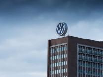 14.04.2020, xtgx, Symbolfotos Volkswagen Abgasskandal, dunkle Wolken ueber der Konzernzentrale von VW in Wolfsburg, Sym