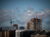 Blick über die Spree auf den Westhafen, die Baustellen an der East Side Gallery und den Fernsehturm./ Foto: bildgehege B
