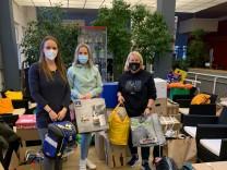 Spenden für Ottobrunner Familie, deren Hab und Gut bei Brand zerstört wurde. Die Helferinnen Verena Huhn, Susanne Irlbacher und Stephanie Sendecki (v.l.)