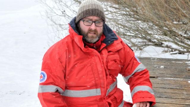 Weßling: See Christian Schlosser überprüft die Eis und Schneedecke auf dem Wesslinger See