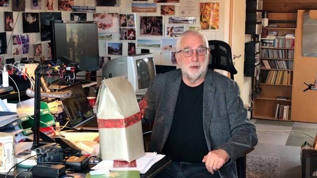 Hans Klaffl in seinem Büro in Ebersberg Weihnachts- und Neujahrsaktion Schätzen & Spenden