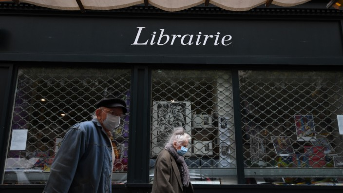 Corona in Frankreich: Passanten vor einem Buchladen während der Corona-Pandemie