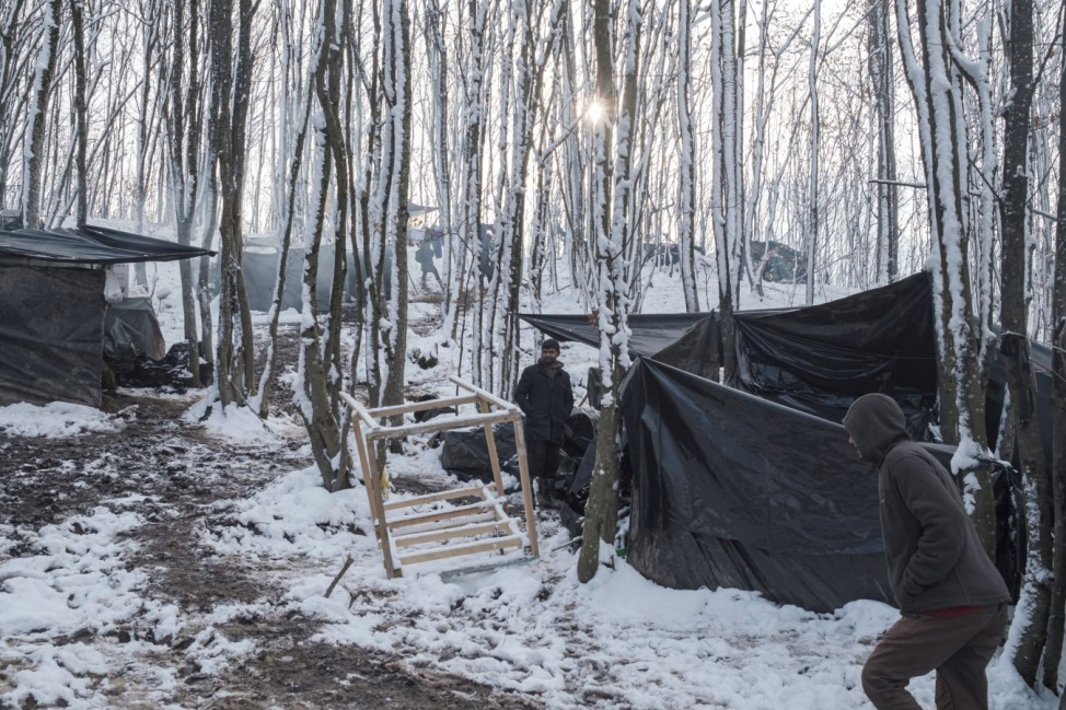 Hundreds of migrants squatting in freezing weather in Bosnia