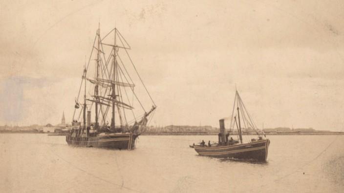 honorarfreies Bild, das Schiff der Dänemark Expedition bei Aufbruch in Frederikshavn