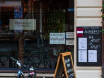 Kiel, Deutschland, Winter 2020/21 - Holtenauer Straße/Dreiecksplatz Einzelhandel und Gastronomie leidet unter dem Coron