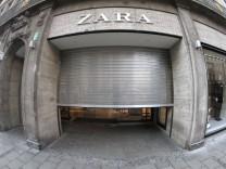 Eine mit Rolltor verschlossene Filiale der Modekette Zara in der Einkaufsstraße und Fußgängerzone Theatinerstraße in de