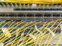 Glasfaserverteiler in einem Serverraum / Dorfen / 18.11.2020 *** Fibre optic distributor in a server room Dorfen 18 11 2