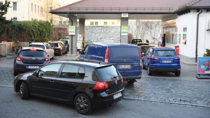 Bautzen - Nochmal voll machen - Ansturm auf Tankstellen an Silvester 31.12.2020 gegen 15 Uhr Bautzen, Rosenstraße (T-Tan