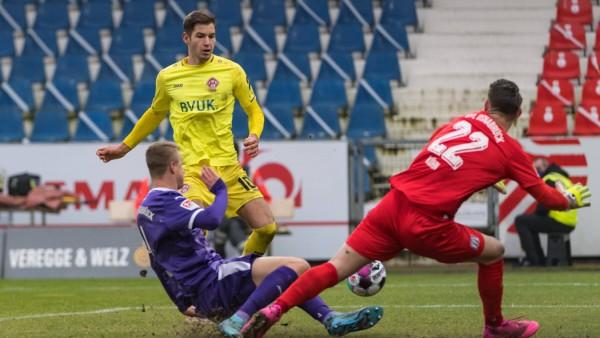 Tor 1:1, Marvin Pieringer (Wuerzburg 10) mit Torschuss und Treffer zum 1-1 Ausgleich, Philipp Kühn (VfL Osnabrueck 22),