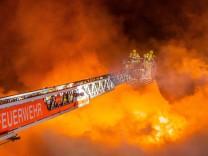 11.01.2021, Berlin, Deutschland, GER - Großbrand in einem leerstehenden Lokal in Berlin-Köpenick. Die Feuerwehr war mit